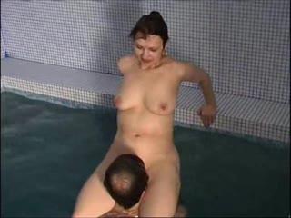 русская зрелая женщина с натуральной висячей грудью и волосатый промежностью устроила порно со своим подчинённым
