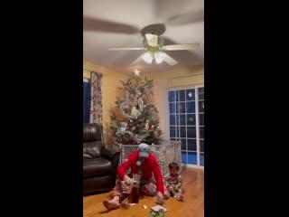 Показал, как сын открывает подарки