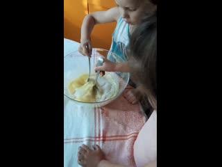 Сериал юные кулинары, учимся перемешивать с сахаром