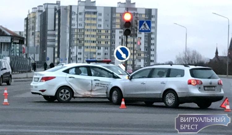 На Волгоградской столкнулись Passat и учебный автомобиль