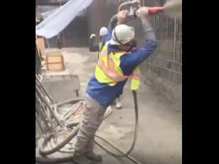 Посмотрите как на стройках заливают бетон, очень необычно