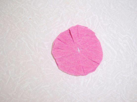 ПОДАРОК ПАПЕ: ОТКРЫТКА НА 23 ФЕВРАЛЯ Материал для поделки: цветной картон формата А4, гофрированная бумага, клей ПВА, ножницы, фигурный дырокол, степлерВыполнение работы:1. Из 8 слоев