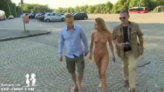 Эксгибиционистка вышла на прогулку в плаще