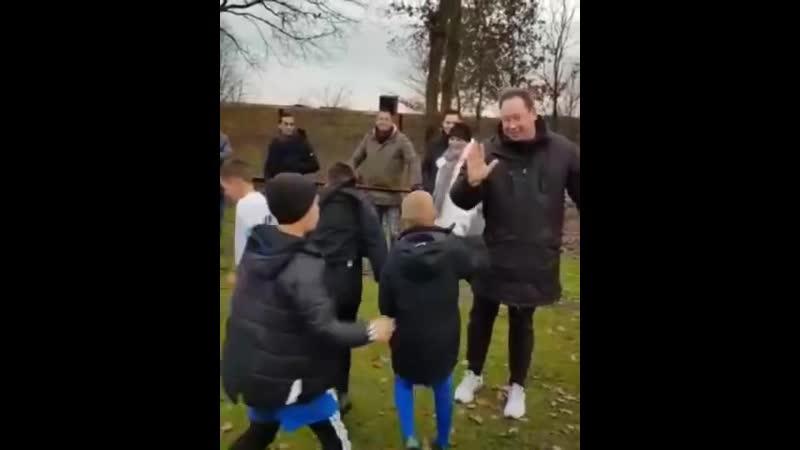 Леонид Слуцкий поддерживает команду из своей футбольной школы перед началом игры в Арнеме
