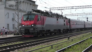 Электровоз ЭП20-038 с пассажирским