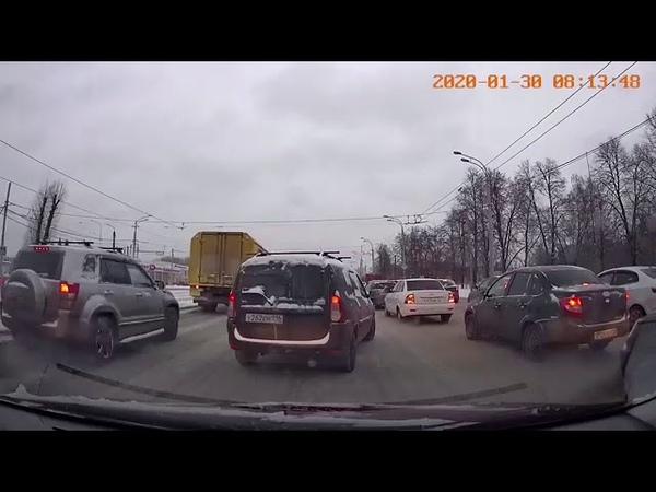 В Казани двое мужчин устроив ДТП разобрались по мужски