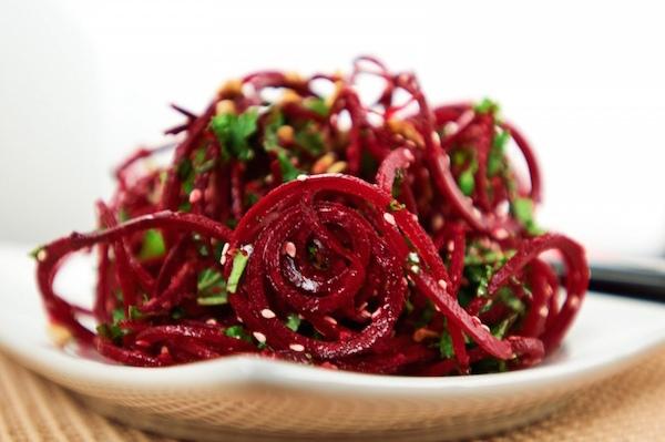 Салат с красной свеклой и свежей мятой будет полезен в зимние месяцы и ранней весной.