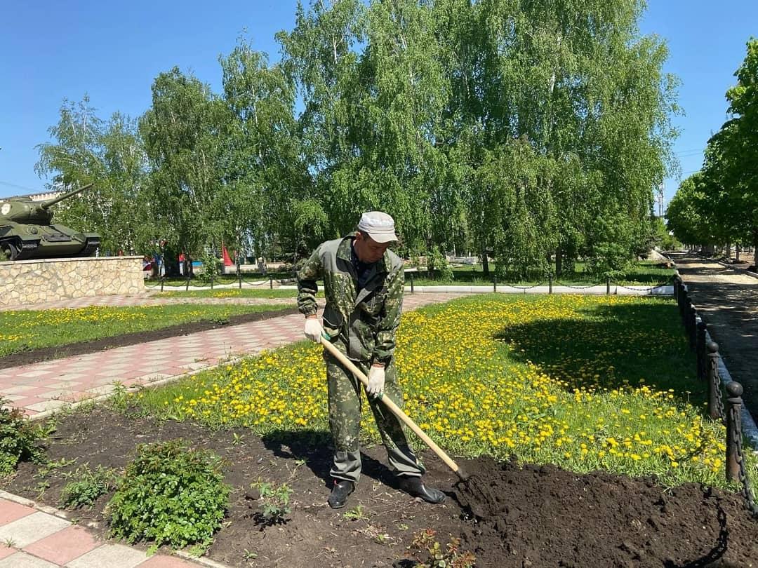На улицах Петровска началась подготовка клумб к высадке цветов