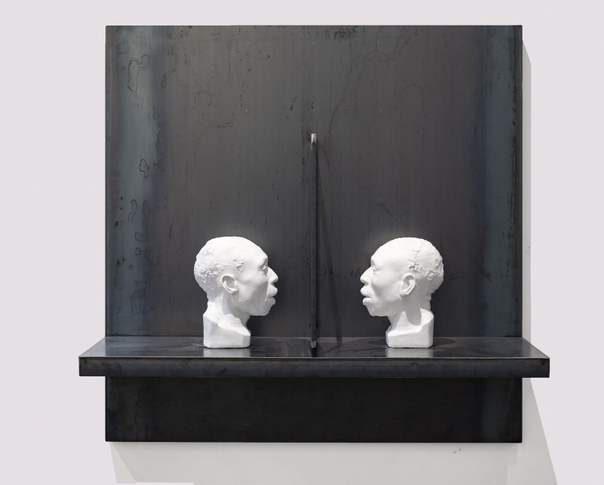adcliffe Bailey (1968, USA) Двойное сознание , 2019 Бюсты из гипса, сталь.124,5 × 124,5 × 45,7 см