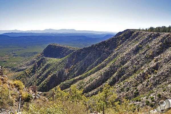 Вонючий монстр из Аризоны, который калечит животных и кидается огромными камнями в мирных туристов На краю плато Колорадо и частично в Аризоне, судя по всему, обитает особо агрессивный монстр,