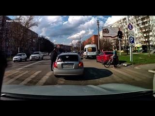 На улице Лейтейзена в Туле KIA на пешеходном переходе подбила велосипедиста