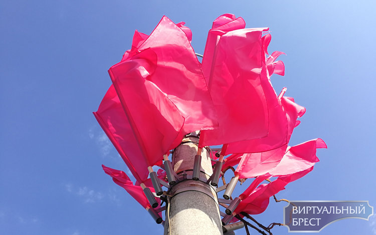 К празднику 1000-летия город увешали флагами. Их просто нереально много