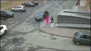 В Челябинске мужчина ремнём отшлёпал девчонок шумевших во дворе утром
