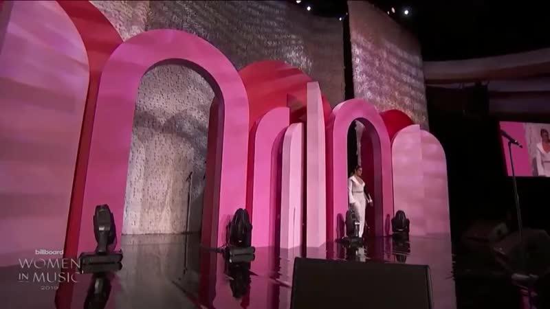 Речь Лорен перед вручением Росалии награды Восходящая звезда на церемонии Billboard Women In Music