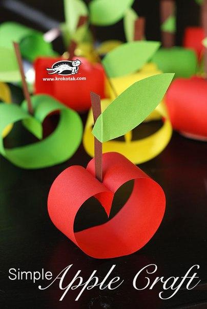ОСЕННЯЯ ПОДЕЛКА ЯБЛОЧНЫЙ ВЕНОК Из широких полосок цветной бумаги очень легко сделать много яблок, а потом их прилепить на картонный круг, которым можно украсить двери или окно, встречая осень