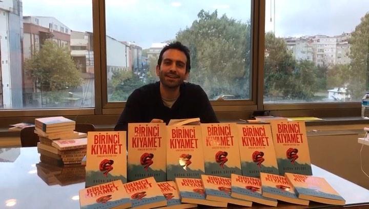 """İnkılâp Kitabevi on Instagram: """"Buğra Gülsoy ilk romanı Birinci Kıyameti inkilap.com okurları için imzalıyor... Birinci Kıyamet 1 Ekim'de rafla..."""