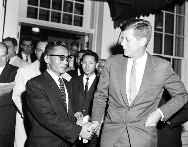 Пак Чон Хи и Дж.Кеннеди.