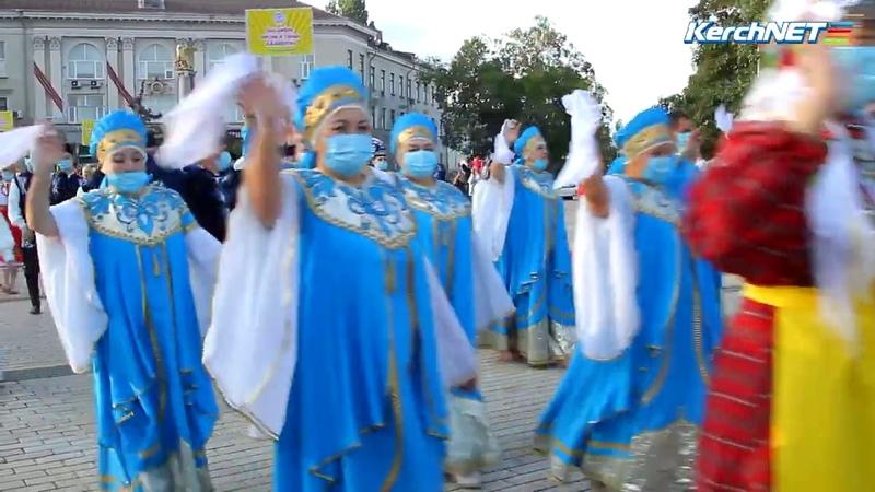 Костюмированное шествие участников фестиваля Дружба народов