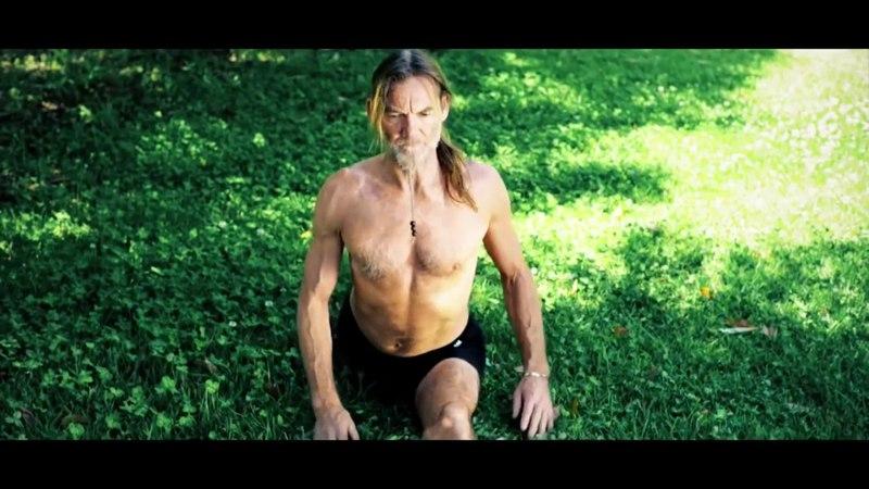 John Scott practicing Ashtanga Yoga in YIS Yoga in Salento (субтитры)