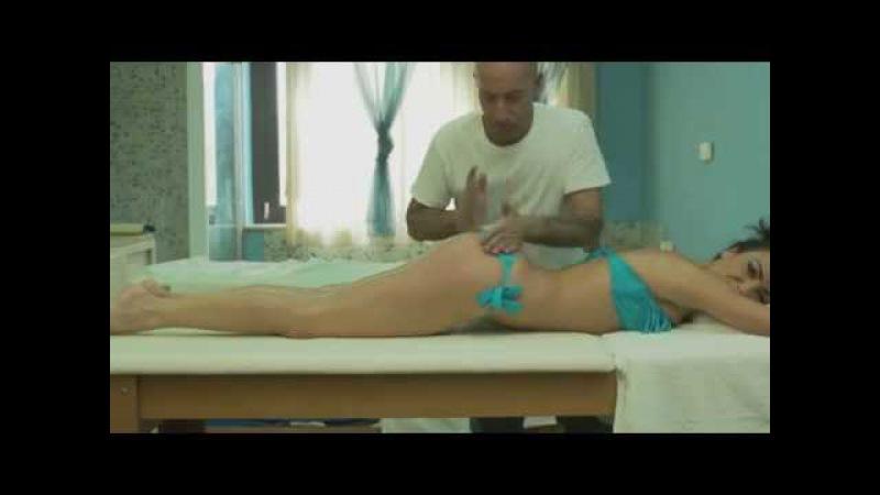 L'assolo di Ciccio Merolla sul corpo dell'attrice 'o bongo Ciccio Merolla