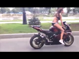 Девушки на мотоциклах выполняют трюки