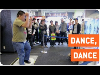 Man Dances In Japanese Arcade | Show Stopper
