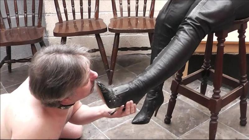 Фото раб облизывает сапоги порно фото