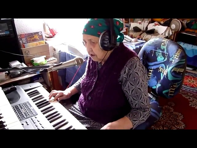 БАБУШКА в 90 ЛЕТ чудесно поет и играет на синтезаторе