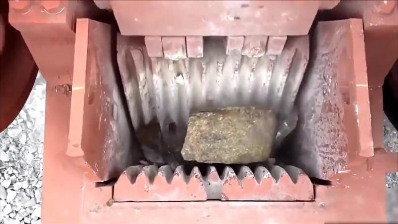 Камнедробилка в работе мощь Строим дом своими руками