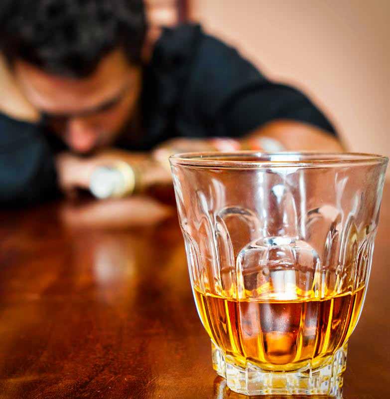 Нарциссический алкоголик отвергает заботы близких как не относящиеся к делу.