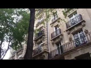 Une femme balance de l'eau sur les forces de l'ordre qui sont juste en dessous de son balcon.