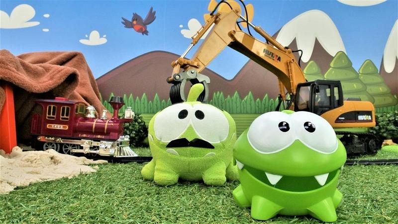 Om Nom construye un ferrocarril Vídeo de juguetes Juegos para niños pequeños