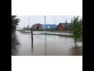 В Кокшетау непрекращающимся дождём беспощадно заливает все: дороги, тротуары, дома, автомобили, людей