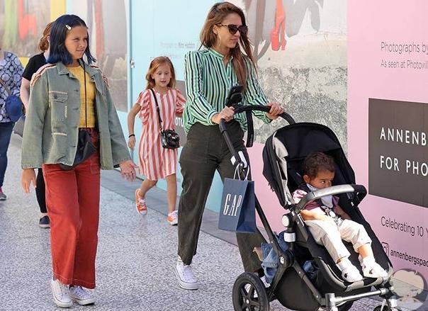 Джессика Альба с повзрослевшими детьми на шопинге в Лос-Анджелесе