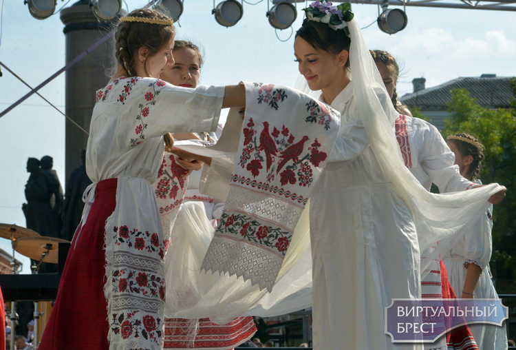 Этнодефиле устроили на ул. Советской в честь Тысячелетия Бреста