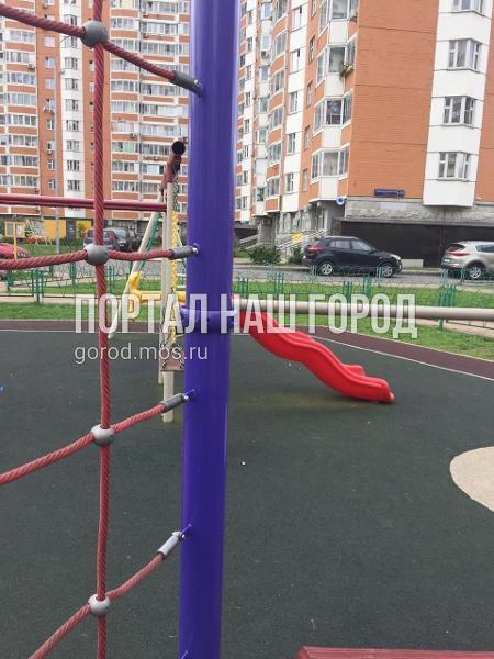 Детскую площадку во дворе на проспекте Защитников Москвы привели в порядок коммунальщики