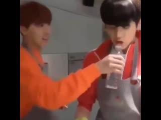 BTS кормят Чонгуки