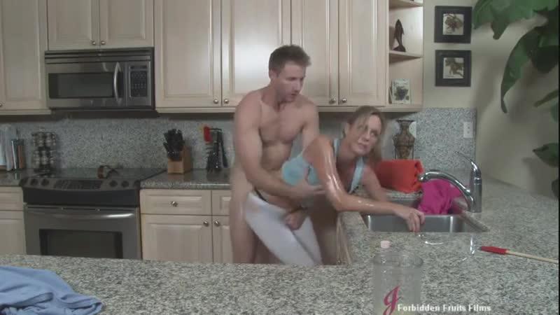 Выебал мать на кухне Jodi West Mothers Stuck milf, mom, инцест, секс на