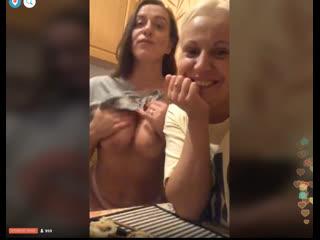 Сексуальная девушка тусует с подругой и показывает голые сиськи. Periscope. Перископ