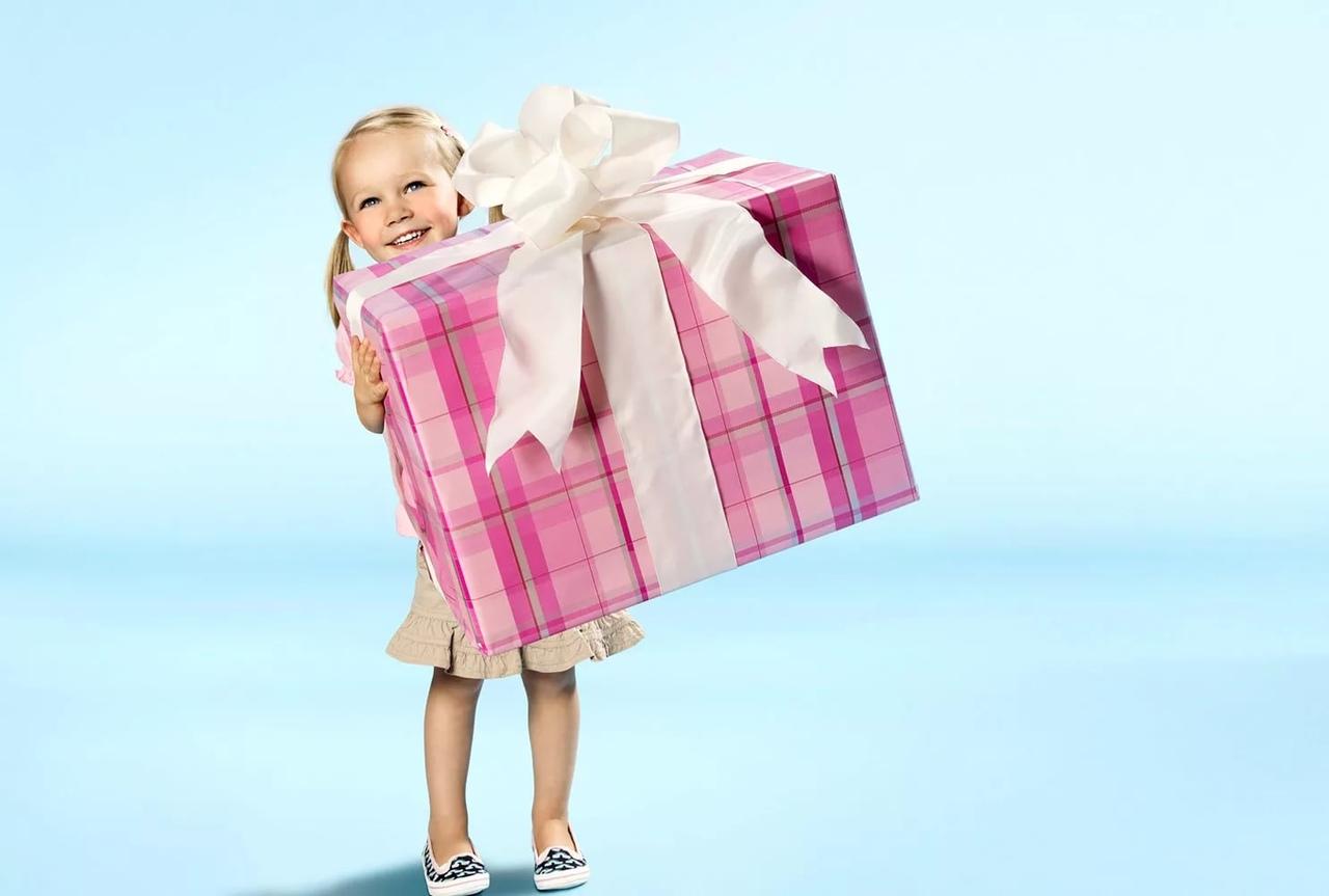 Про, открытка девочка с подарком