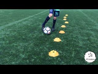17 футбольных упражнений для контроля мяча в движении с фишками