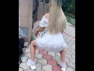 Марго Овсянникова пытается повторить танец Бузовой