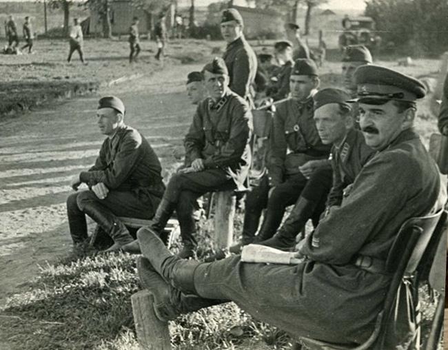 Комкор Петровский со штабом
