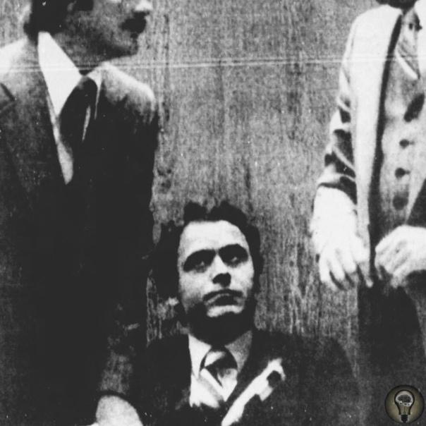 Так как Тед Банди был известен своей жаждой к побегам, шериф Кен Кацарис нацепил на дверь его тюремной камеры сразу три замка, распределив по ключу от них на трех разных охранников
