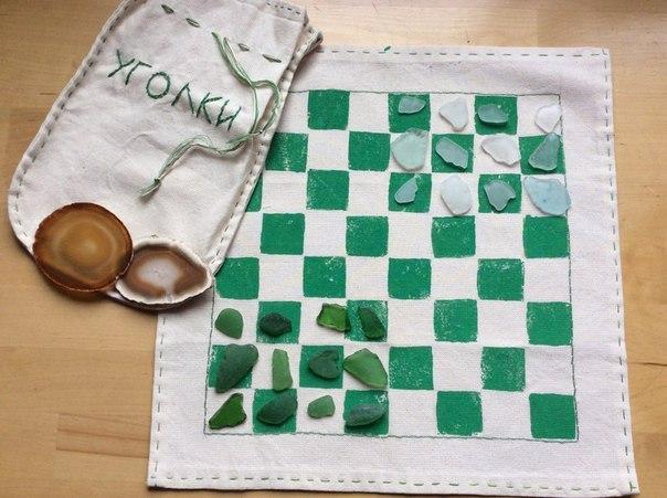 СТАРИННАЯ ИГРА «УГОЛКИ» от Юлии СмирновойЕсть старая игра Уголки. Для игры используется то же поле, что и для игры Шашки или Шахматы. Дети быстро понимают правила и получается очень