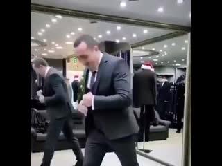 Денис Лебедев показывает как боксёру нужно выбирать костюм