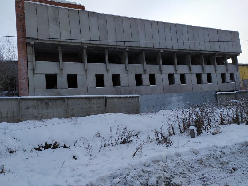 Недостроенное здание (предположительно ТЦ) на ул. Рабочего штаба.