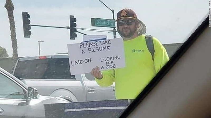A man who got laid off gets hundreds of job offers after handing out his résumé on the side of road