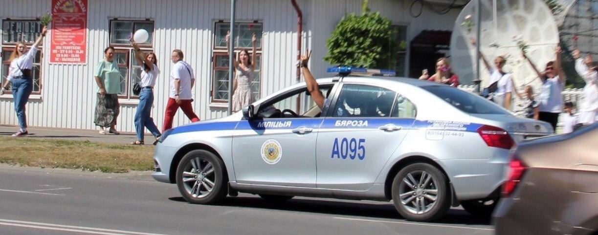 В Жабинке милиционер раздает женщинам цветы