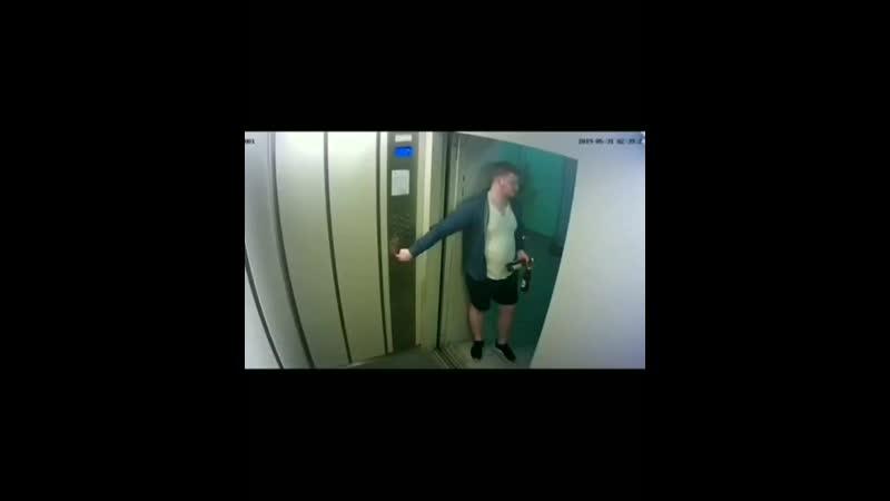 Dj Gabba сломал камеру в лифте
